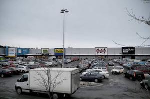 Lillänges parkering är full av bilar, men ingen av dem stannar särskilt länge.