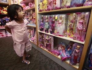Barnfattigdom. Många barn lever i ekonomiskt utsatta familjer som inte har råd med de leksaker som andra barn ser som en självklarhet.
