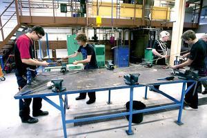 Eleverna på Energiprogrammet jobbar koncentrerat i verkstaden.