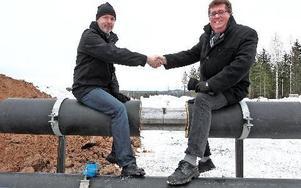 Jonny Gahnshag och Jan Bohman ser de påbörjade vatten- och fjärrvärmeledningarna mellan Falun och Borlänge som en symbolisk sammankoppling av städerna.Foto: johnny Fredborg