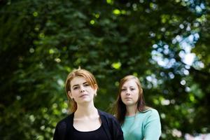 Lurade. Fanny Enstedt-Alfredsson och Emelie Jansson får inga datorer av JB Gymnasiet – trots att de blivit lovade det.