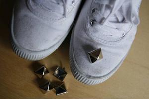 1- MaterialetIstället för ett par skor för några tusenlappar skapar man sig på ett par timmar och några hundralappar en egen version efter precis sitt personliga tycke och smak. Jag valde att uppdatera ett par nyinköpta, vanliga, vita tygskor. Fina i sig men lite väl enkla för min smak. Nitarna jag bestämde mig för blev den klassiska, pyramidformade sorten som går att köpa på vilken hobbyaffär som helst. Beräknade att tio stycken skulle räcka till vardera sko.
