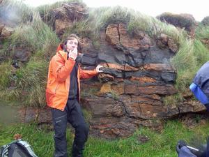 Alasdair Skelton, geologiforskare på Stockholms universitet, visar tecken i sten och bilden visar prov på det skotska vädret. Gruppen fick uppleva regn, hagel och solsken under samma timme.