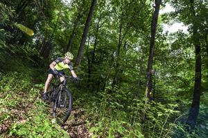 Mountainbike, downhill och cross-country, blir det en hel del av som träning för Patrik Sandell.