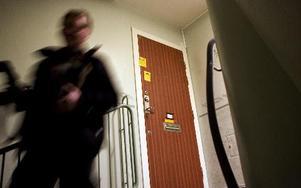 Kvinnan knivskar sin sambo i parets lägenhet i Hedemora. Dörren på bilden är inte identisk med brottsplatsen. FOTO: ADAN IHSE/SCANPIX