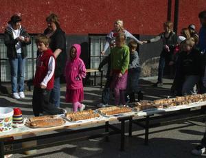 Det dukades upp många meter med rulltårta så att det skulle räcka också till de gamla elever som hälsade på.