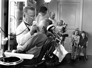 Tandläkare Luttropp i full aktion på skolkliniken i Västerås, bilden är tagen på 30-talet.