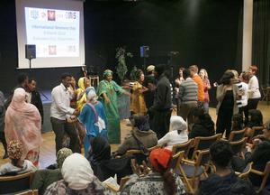 Somaliska kvinnoföreningen såg till att det svängde om Kvinnodagen i Söderhamn.Fler och fler lockades upp att dansa.