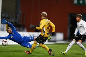 Simon Lundevall gör 1-0 bakom ÖSK:s  målvakt Oscar Jansson.
