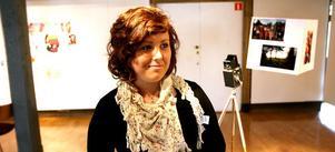 Sandra Söderquist, ung estet med framtidsdrömmar: Söderhamn är för litet för kulturen. I bakgrunden ses hennes verk Den rosa tråden.