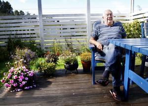 """SITTER OCH VILAR. I 58 år har Hasse Drougge stått på fötter, alltid i träskor, och klippt sina kunder i Drougges frisersalong                                             på Barrsätragatan  i Sandviken. """"Nu unnar jag mig att sitta både här och där"""", säger Hasse med ett leende."""