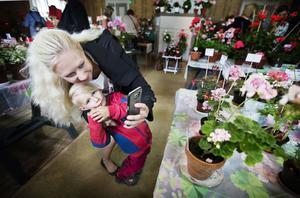 Bea Tillbom med 4-årige sonen Lucas Tillbom Rosander, åkte från Enköping  till Västerås för att både titta på och fotografera pelargoner.