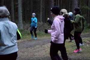 Ett 40-tal Norabor deltar i de löpgrupper som Sandra Almer leder i Nora i vår. Bitte Bivall och Marie Karlsson är med för att komma igång med löpningen och få lite peppning. Petra Johansson hoppas få lära sig löpteknik som gör att hon slipper få ont i knät.