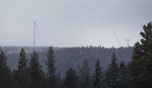 Från Ljusdals köping kan man skymta de enorma vingarna på vindkraftverken.