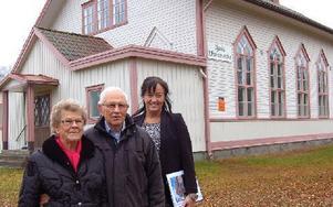 Ulla och Åke Lindkvist  tillsammans med Cattis Karlsson framför den vackra missionskyrkan i Djurås by. Foto: Kent Olsson/DT