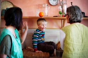 Leon Jonsson blev kall om fötterna när han var ute och får ett varmt fotbad. Anette Samuelson och Katrin Reinklou har barnets behov i centrum.