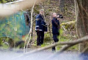 Polisens tekniker dokumenterar området kring brottsplatsen.