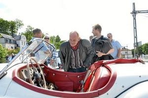 Äldsta bilen. En Jaguar från 1956 var äldsta bilen, och lite av en publikmagnet. Roger Eriksson från Lindesberg och hans svärson Staffan Lindh från Ulricehamn kollade in skapelsen.