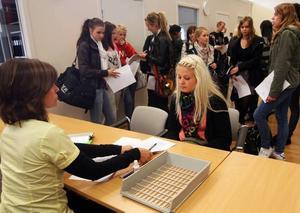 Johanna Andersson, 18 år, var först ut att få ett sommarjobb av kommunen i år. Hon ska jobba på en förskola.