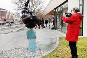 """Konstnär Katarina Jönsson Norling måttar in sin nya skulptur vid Polhemsskolan.  – Klart man vill att den ska synas! Då får man stå ut med lite motstånd...Rör om. """"UrNebulosan och de blommande stenarna""""."""