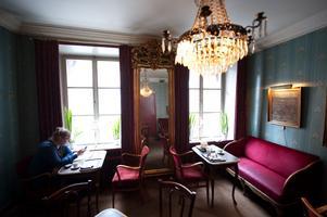 Miljön inne på Ofvandahls har lockat fler än en heminredningstidning till reportage. Här är det förra sekelskiftets stilideal som gäller och en renovering av lokalerna är uteslutet.