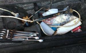 I bilen som Polisen gjorde en husrannsakan i hittades bland annat verktyg.