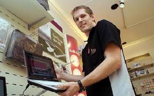 Mats Cederlöf jobbar i Teliabutiken och säljer mobilt bredband. Även han blev överraskad över att i Grängesberg och Sörvik kan man nu surfa trådlöst tio gånger snabbare med turbo-3g.FOTO BOO ERICSSON