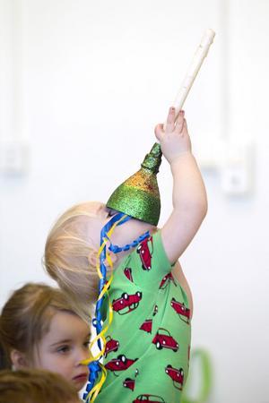 Kazoon går att använda till att leka med, inte bara spela på, konstaterar Lovisa Rasmusson, två år.