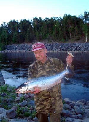 VETERAN. Jorma Mikkonen, Hallstahammar har tagit många laxar under årens lopp, den här på c:a 8 kilo var årets första