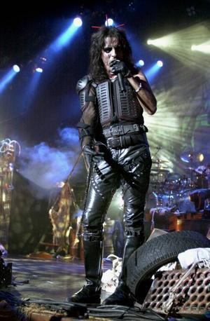 I sommar kommer Alice Cooper till Peace & Love för att skrämma vettet ur festivalbesökare på Borlänges gator.