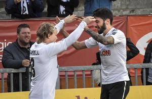 ÖSK-jubel. Petteri Forsell fick hoppa in på stopptid mot svenska mästarna Malmö FF och spelade fram Nahir Besara till segermålet, 2-1, i Axel Kjälls debutmatch som huvudtränare.