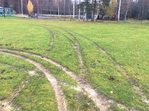 Halva fotbollsplanen i Blötberget är sönderkörd.