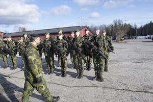 Snart börjar jakten på dem som ska göra värnplikt. På bilden skyttesoldater på regementet i Enköping.