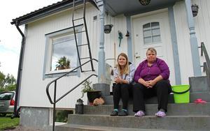 Karoline Eriksson och Annette Eriksson sitter på trappen vid huset på Wilhelminas väg 8 i Stovik. De fick tillbringa dagen med att skura husfasaden från bland annat råa ägg.