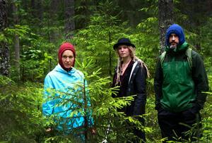 """Karin Målefors som Pokus, Amanda Edlund som Hokus och Daniel Målefors som Filiokus. De tre huvudkaraktärerna i sagan """"Trollstigen"""" letar febrilt efter sin försvunna pappa."""