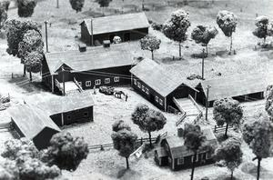 En modell över Bjurhovda gård som den såg ut under 1950-talet. Fotot togs 31 mars 1987.