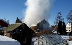 Räddningstjänsten kunde inte rädda det övertända huset utan fick fokusera på att hindra elden från att sprida sig till grannfastigheterna, som låg endast några meter bort.