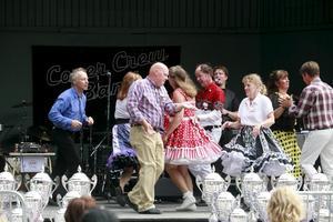 Eightmakers squaredanse på scenen.