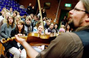 Kjell-Erik Eriksson och hans medmusikanter i Hoven Droven har mängder av entusiasm och spelglädje att dela med sig av till PC-eleverna. På måndag och tisdag blir det konserter i Folkets hus.