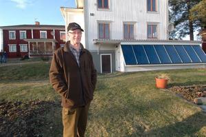 Tage Bomarg i Roteberg, Edsbyn, har fått visa sitt pannrum flera gånger för nyfikna energijägare. På gården finns två större byggnader som värms med sol, ved, pellets eller el.