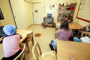 Det här lilla rummet på Mörsils centralskola är ett undervisningsrum. Rummet har dålig ventilation men det går inte att öppna fönstret. Nu måste Åre kommun bygga ut skolan.