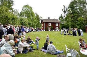 Midsommar i Dormen. Flera hundra besökare kom till Dormens hembygdsgård och fick se Piga och dräng dansa folkdanser.