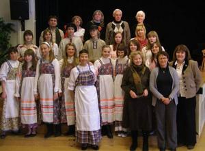 Under veckan har en skolklass från ryska Petrozavodsk varit på besök i Härjedalen. På måndagen bjöd de på en uppvisning i rysk dans. Foto: Härjedalens gymnasium