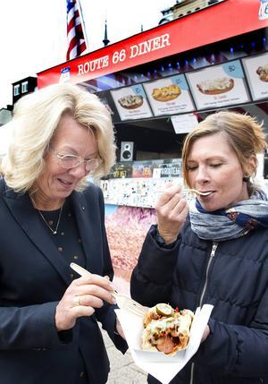 Anita Öberg och Camilla Dübbel Hellberg från Näringslivsbolaget äter korv från Route 66 Diner.