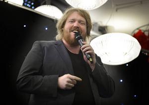 Idolvinnaren Martin Almgren uppträder på Birsta city.