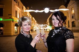 Marie-Louise Skoog och Jenny Sjöholm har fått nyårsfrisyrer av Katarina Stenholm.