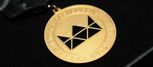 Vinnarna av Svenska Designpriset Guld får varsin förgylld medalj.