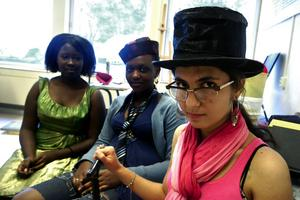 Motiverade sommarelever. Solmaz Hoodi, Bella Ndayisenga och Aucheille Akeza är i samma elevgrupp och läser engelska i två veckor. Här är de utklädda för att spela upp en teaterscen om Storbritanniens olika delar. Foto:Anna Klintasp