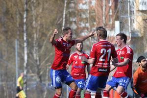 Christoper Svecke (vänster) firar tillsammans med lagkamraterna efter 1-0-målet.