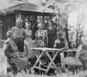 Annette Berggren Hessel omgiven av sin familj i Hemsjö. Under åren i New York hade hon stor hemlängtan emellanåt. Annette fick många bygderomantiska texter publicerade i tidningarna Svenska Amerikanska Tribunen och Nordstjernan.